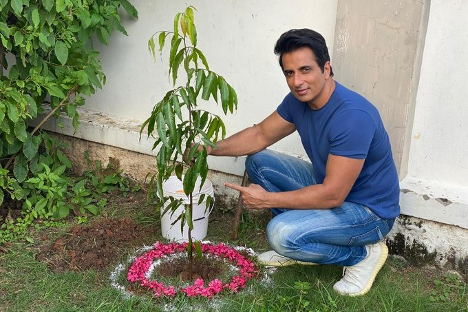 Sonu Sood planted saplings in the part of Green India Challenge