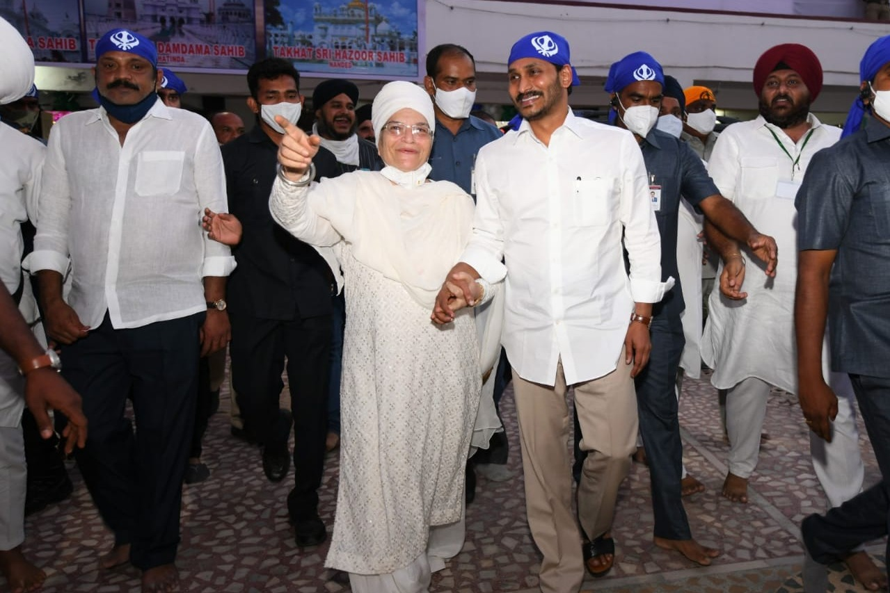 CM Jagan offers special prayers in Gurudwara on the eve of Guru Nanak birth anniversary