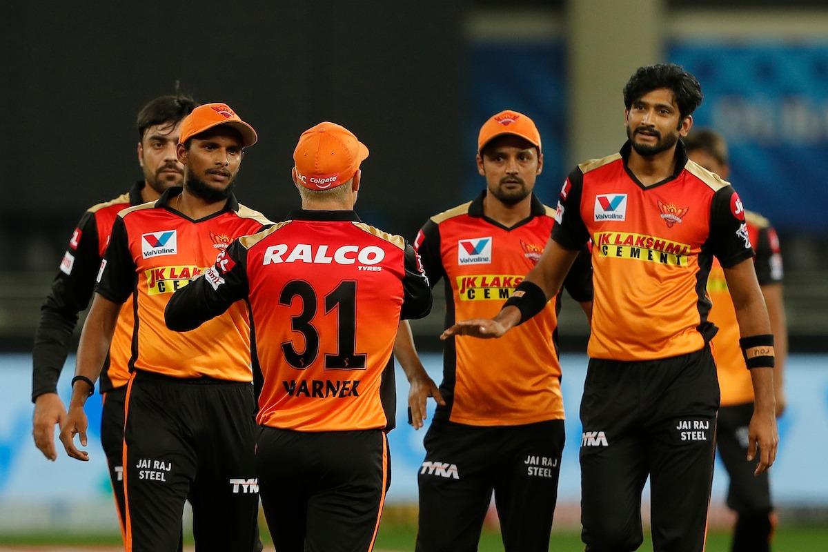 Sunrisers bowlers restrict Chennai Super Kings batsmen