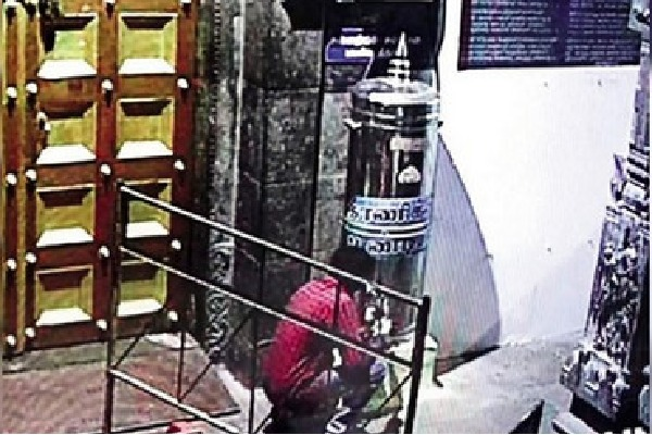 Thief offered prayers and looted hundi at the temple