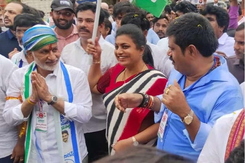 Roja takes part in Vijayasaireddy padayatra and slams Chandrababu