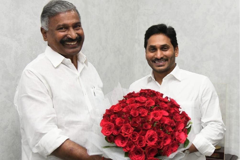 AP CM Jagan appreciates minister Peddireddy for Panchayat polls results
