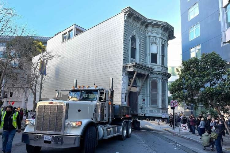 139 Year Old Victorian House Moves Down Road In Jaw Dropping Video