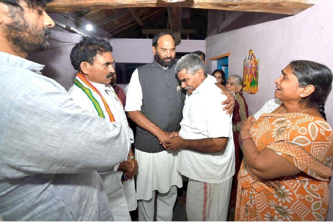Uttam Kumar Reddy visits Gujapadugu and consoled Vaman Rao family members