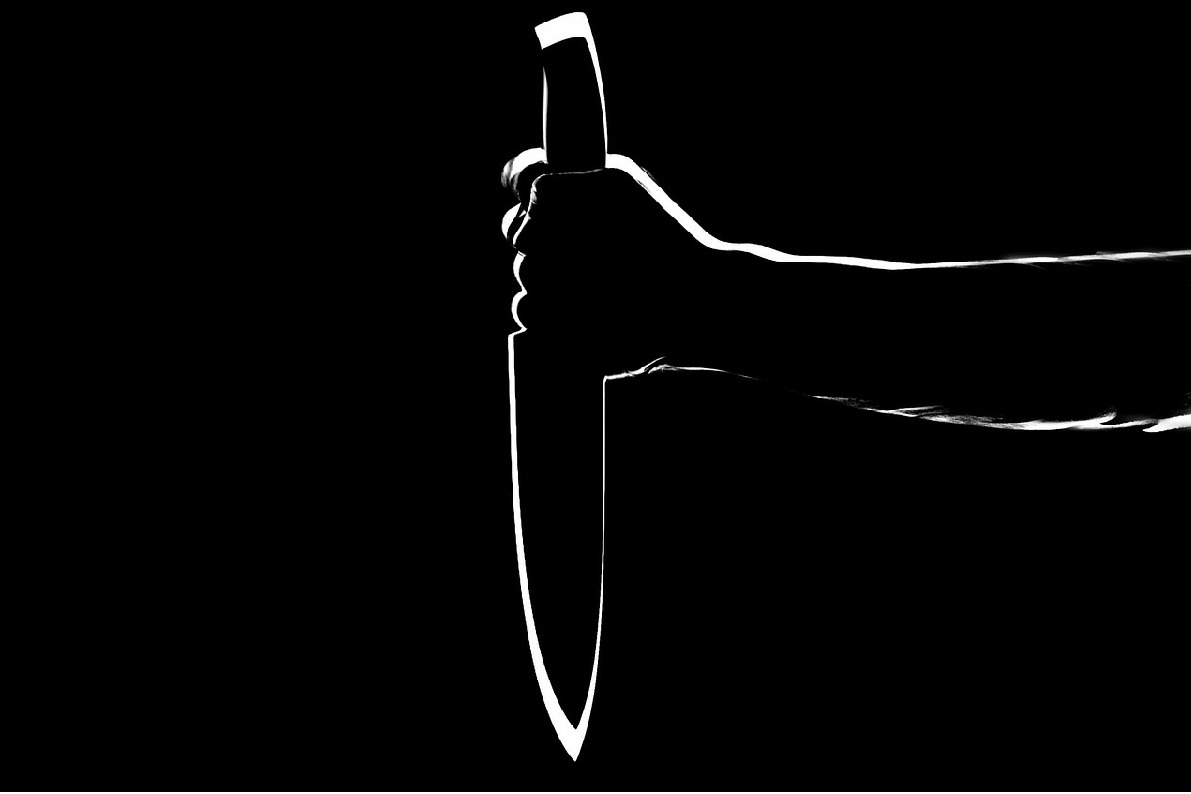man attacked on girlfriend with knife for keeping distance