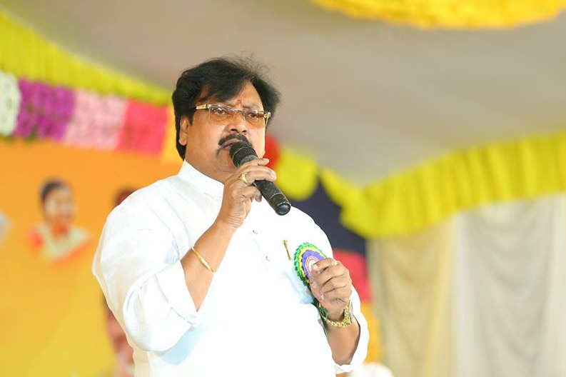 Varla Ramaiah hits out CM Jagan mentality after police stoppage Amaravati women at Prakasham Barrage
