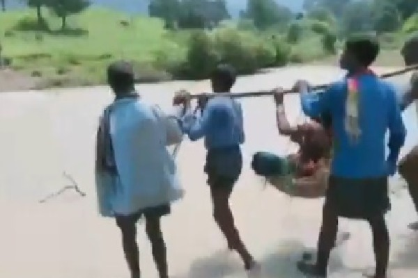A pregnant woman from Kadnai village of Surguja was carried on a