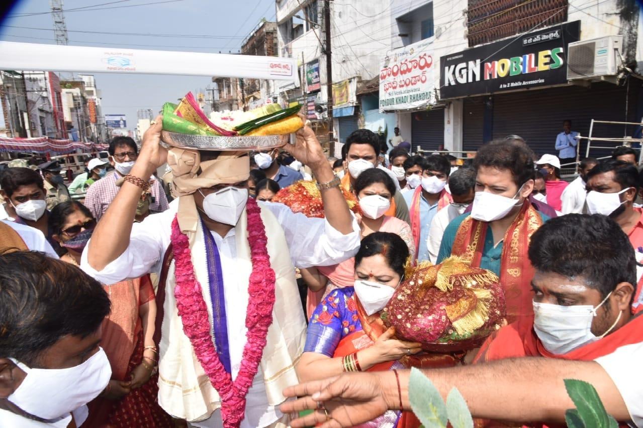AP Minister Botsa Sathyanarayana visits Paidithalli temple along with family members