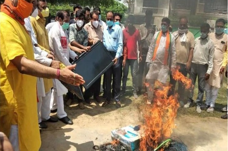 Agra people setting fire to China products