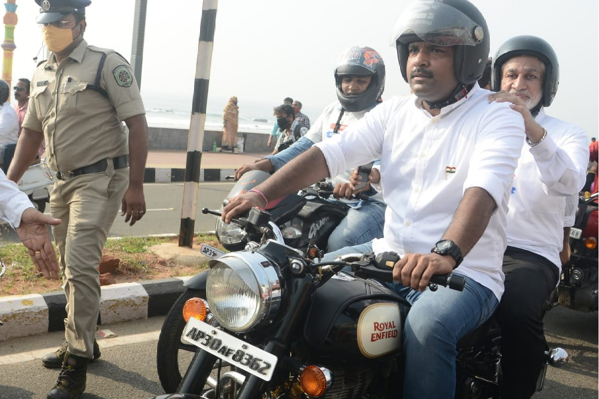 vijaya sai participates in bike rally