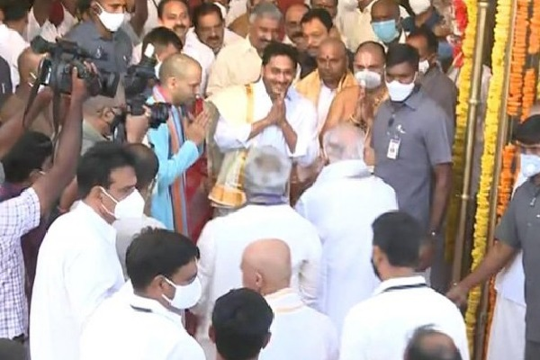 Jagan Welcomes Yadeyurappa in Tirumala