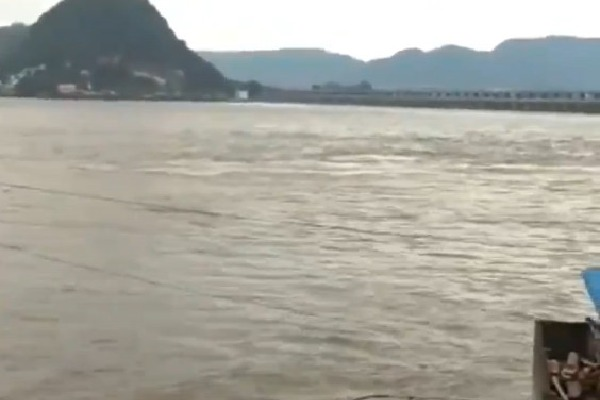 Huge flood alert for Prakasam Barrage at Vijayawada
