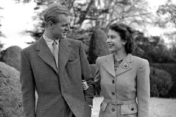 Britain Queen Honeymoon Old Pic Viral