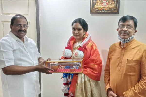 Actress Archana meets AP BJP Chief Somu Veerraju