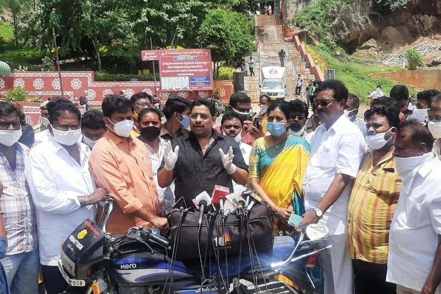 Budda Venkanna visits Kankadurga temple silver chariot and fired on minister vellampalli and temple eo