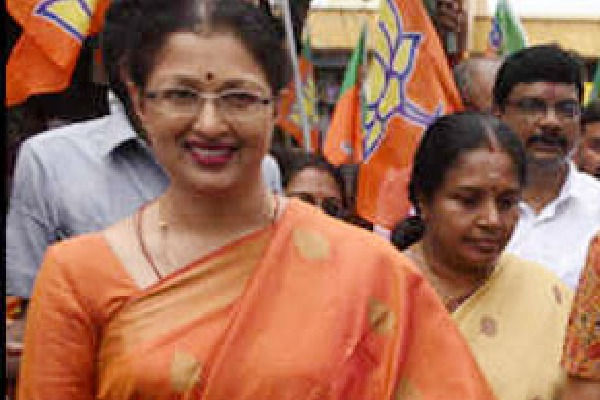 BJP leader Gauthami urges Rajanikanth to support BJP