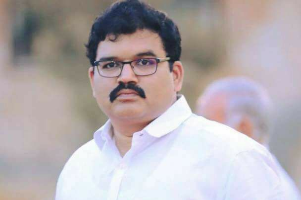 TDP leader Pattabhi fired on YCP leaders