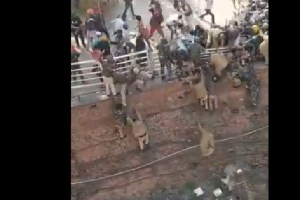 Delhi Police personnel forced to jump 15 foot wall at Red Fort to escape farmers