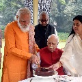 Modi goes to Advani home and convey birthday wishes