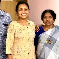 Anchor Suma convey birthday wishes to mother