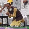 MP CM Sivaraj Gets on his Knees for Votes