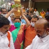 Vijayasanthi offers Golden Bonam to Jaganmatha