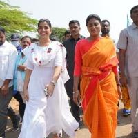 Anchor Shyamala participates in YS Sharmila padayatra